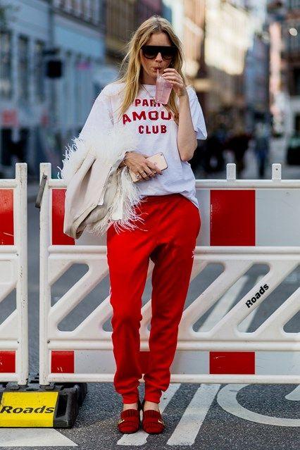 panntalon rojo con remera basica blanca