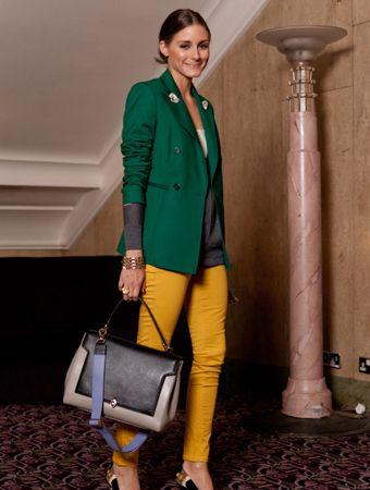 pantalon amarillo mostaza con blazer verde