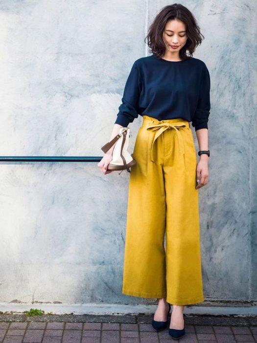 pantalon amarillo mostaza con blusa azul