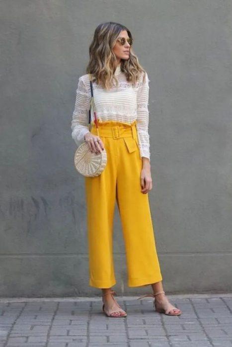 pantalon amarillo mostaza con blusa bLANCA