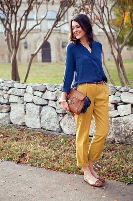 pantalon amarillo mostaza con camisa azul