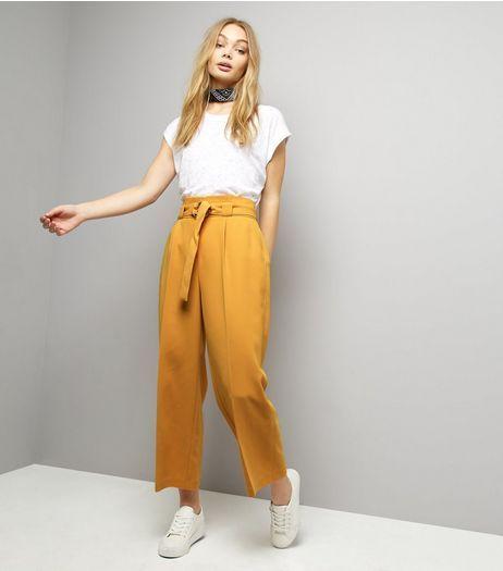pantalon amarillo mostaza con remera blanca