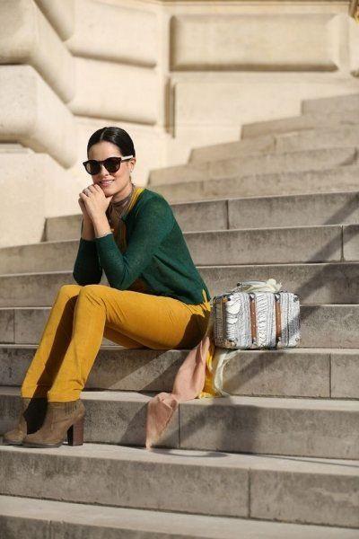 pantalon amarillo mostaza con sweater verde