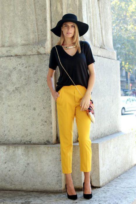 pantalon amarillo mostaza y remera negra