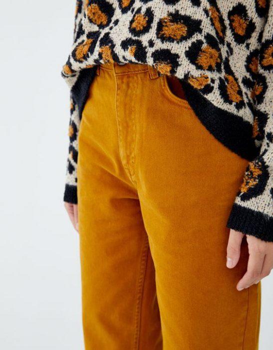 pantalon amarillo mostaza y sweater leopardo