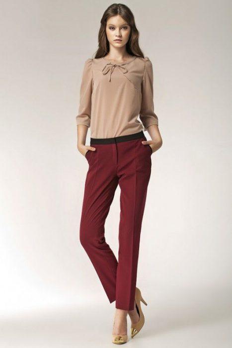 pantalon bordo con blusa beige