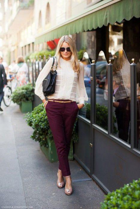 pantalon bordo con blusa blanca