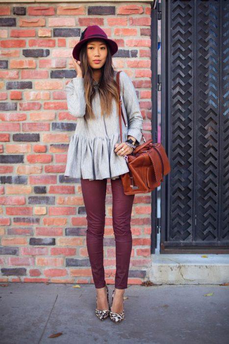 pantalon bordo con blusa gris