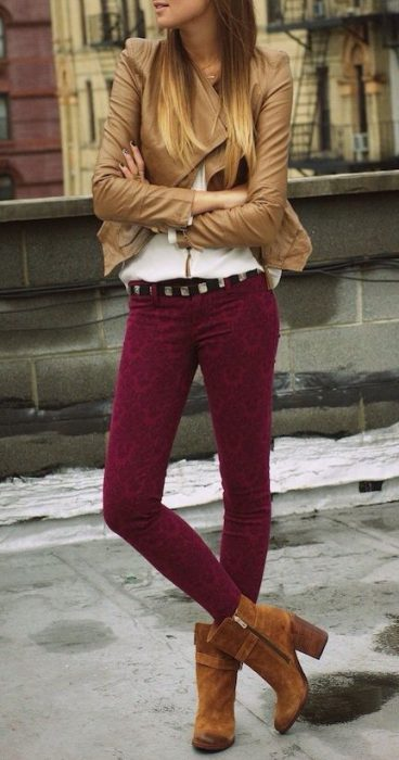 pantalon bordo con campera beige