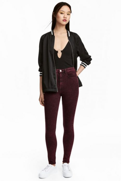 pantalon bordo con campera negra