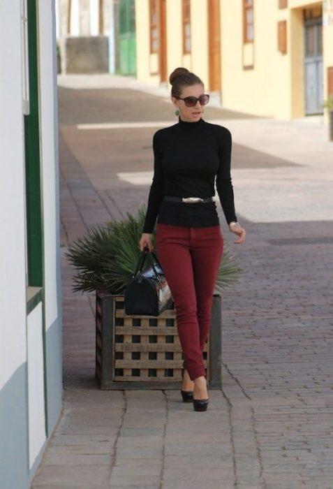pantalon bordo con polera negra