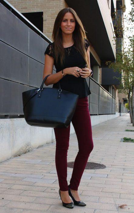 pantalon bordo con remera negra
