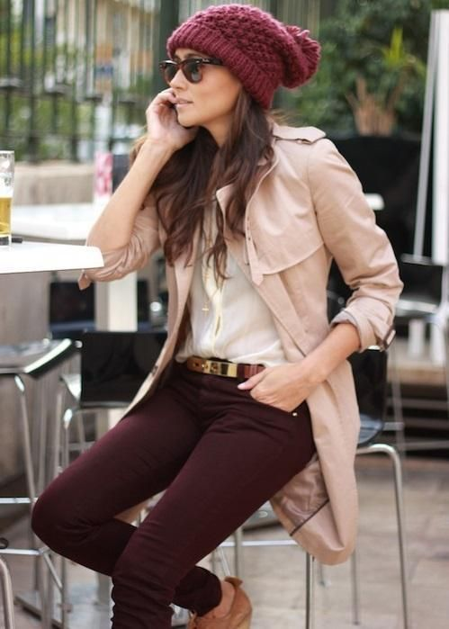 pantalon bordo con trench beige