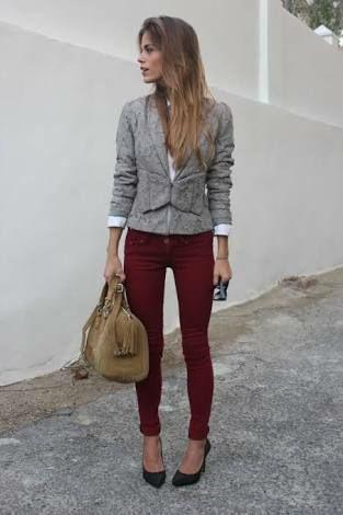 pantalon bordo y blazer gris
