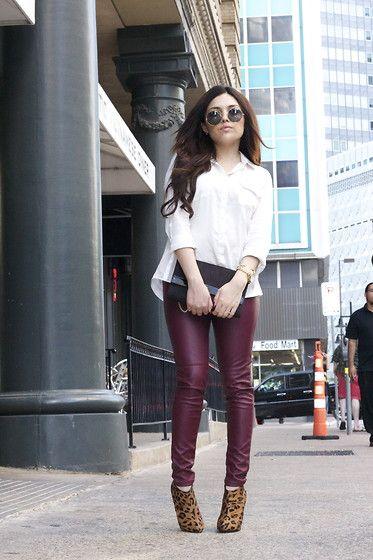 pantalon bordo y camisa blanca