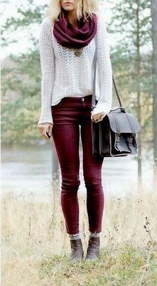pantalon bordo y sweater blanco