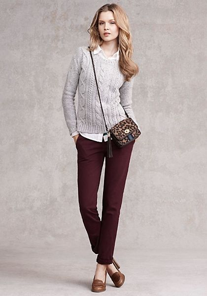 pantalon bordo y sweater gris