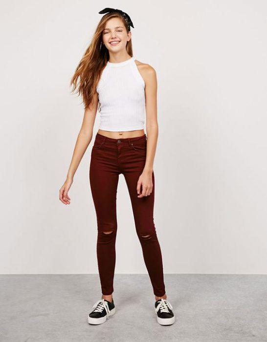 pantalon bordo y top blanco