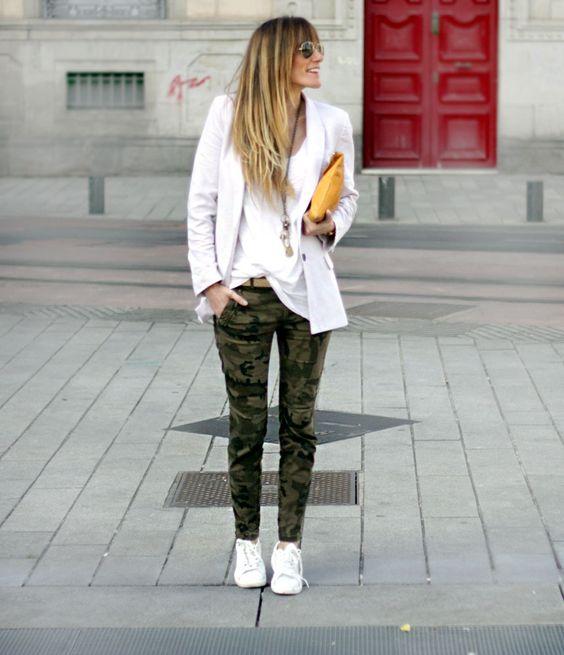 pantalon camuflado con blazer blanco