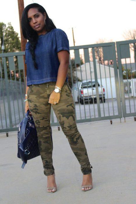 pantalon camuflado con blusa azul denim