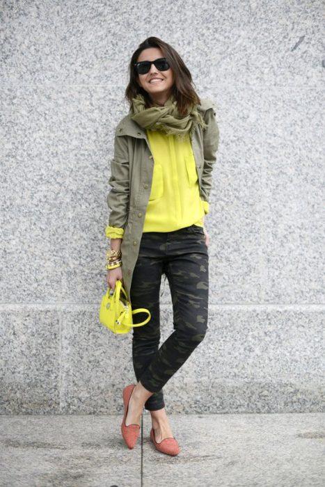pantalon camuflado con camisa amarilla