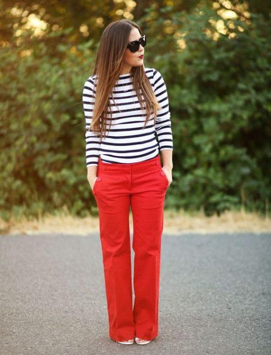 pantalon cargo rojo y remera a rayas