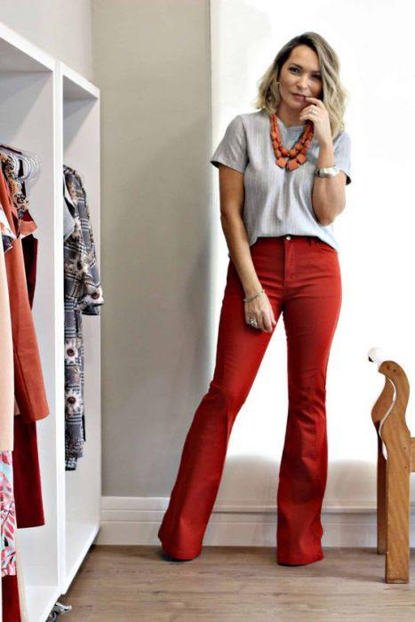 pantalon gabardina rojo con remera gris