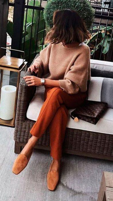 pantalon ladrillo con beige