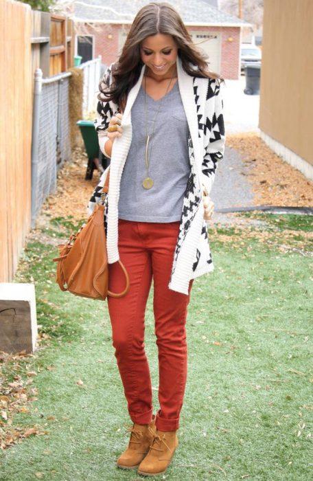 pantalon ladrillo y remera gris