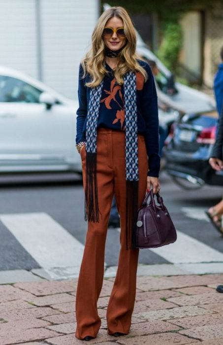 pantalon ladrillo y sweater azul