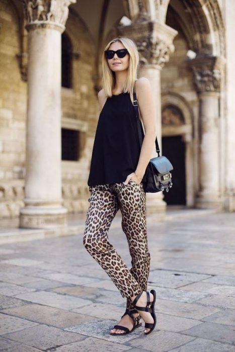 pantalon leopardo look