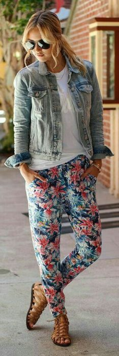 pantalon pijama floraado y camisa denim