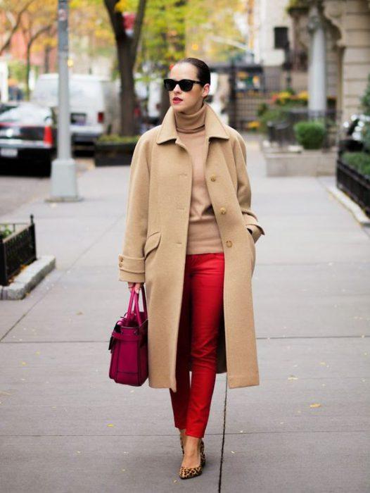 pantalon rojo con blazer beige