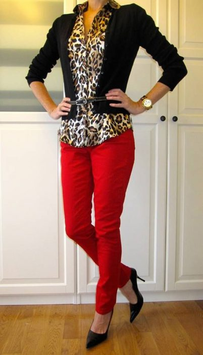 pantalon rojo con camisa animal print