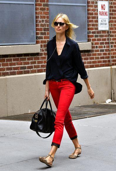 pantalon rojo con camisa negra