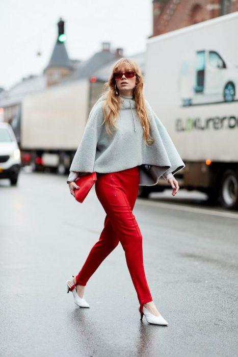 pantalon rojo con capa gris