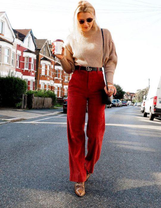 pantalon rojo con sweater beige