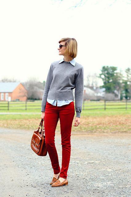 pantalon rojo con sweater gris