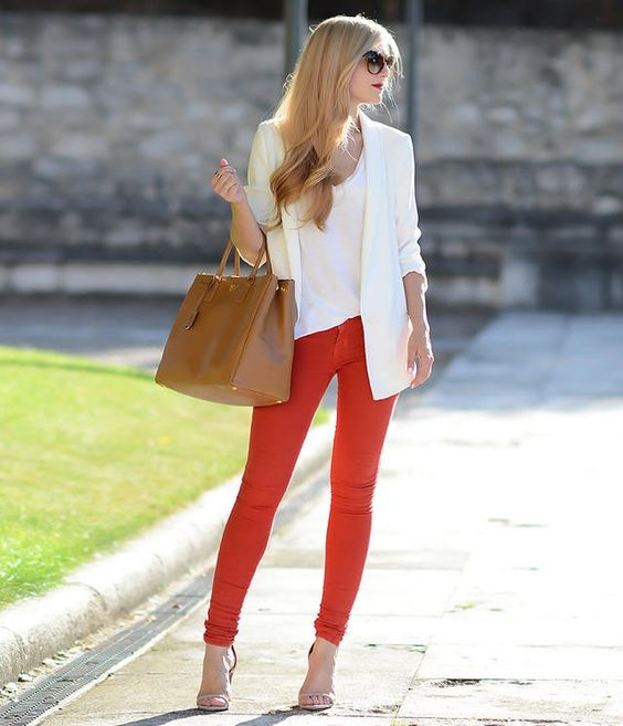 pantalon rojo y blazer blanco