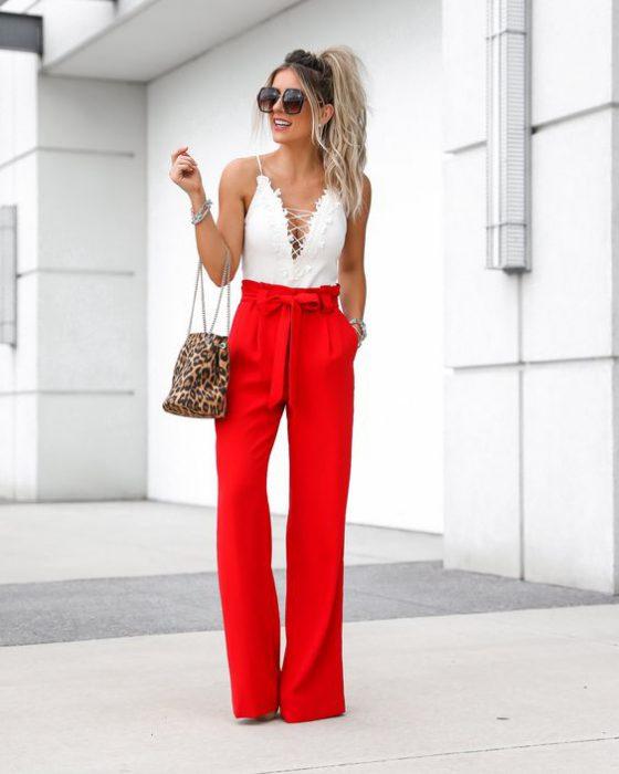 pantalon rojo y body blanco