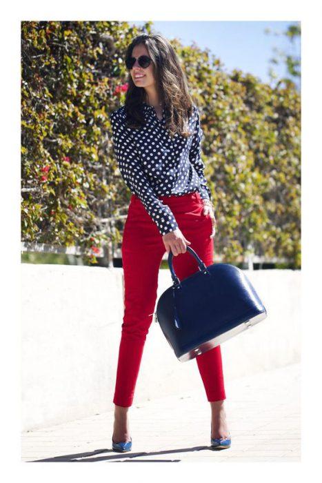 pantalon rojo y camisa a lunares