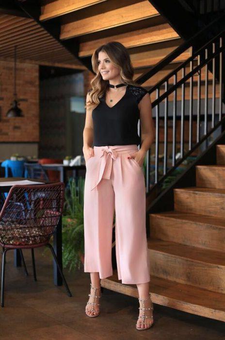 pantalon rosa con blusa negra