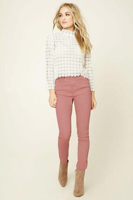 pantalon rosa y botas beige