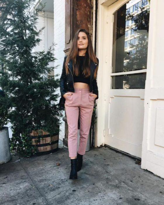 pantalon rosa y botas negras