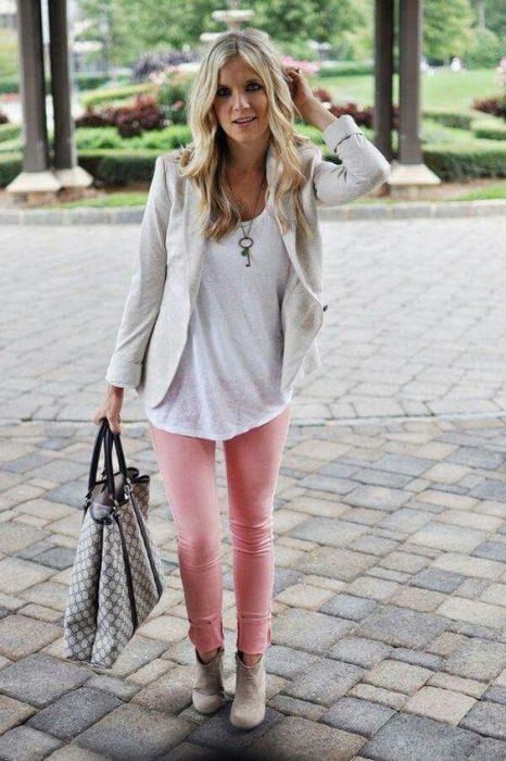 pantalon rosa y botinetas