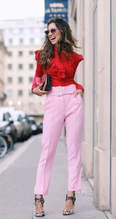 pantalon rosa y sandalias color