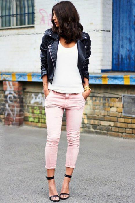 pantalon rosa y sandalias tiras finas