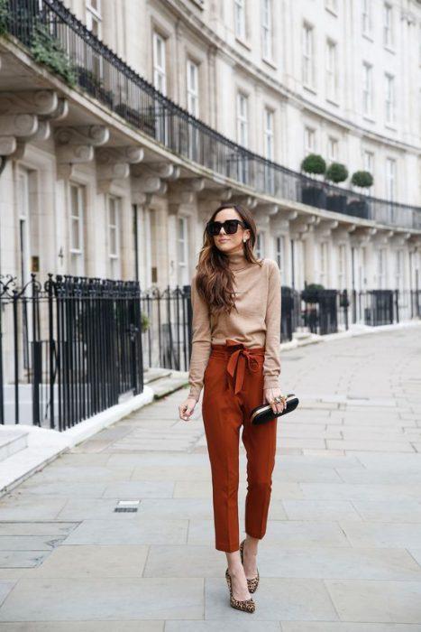pantalon terracota y polera beige