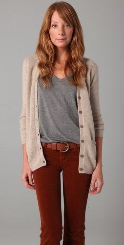 pantalon terracota y remera gris
