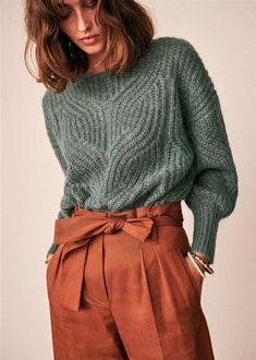 pantalon terracota y sweater gris